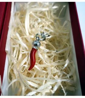 Ciondolo Corno in metallo H.3 cm confezionato in scatola da regalo